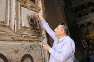 Adeeb-Joudeh-with-the-Key-of-the-Church-of-the-Holy-Sepulchre-1-629x417