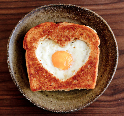 heart-shaped-eggs-in-toast