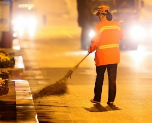 millionaire-cleans-streets-to-set-example-for-her-children-05-600x487