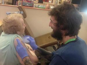 super-baba-najpopularna-baba-na-internet-so-tviter-profil-i-tetovaza-na-103-godini-3
