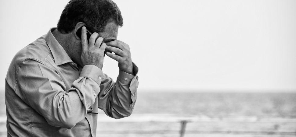covek telefon zagrizen griza
