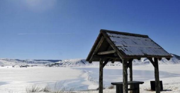 zamrznato ezero zima sneg