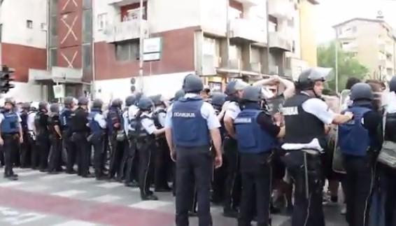 protest vlada policija (2)