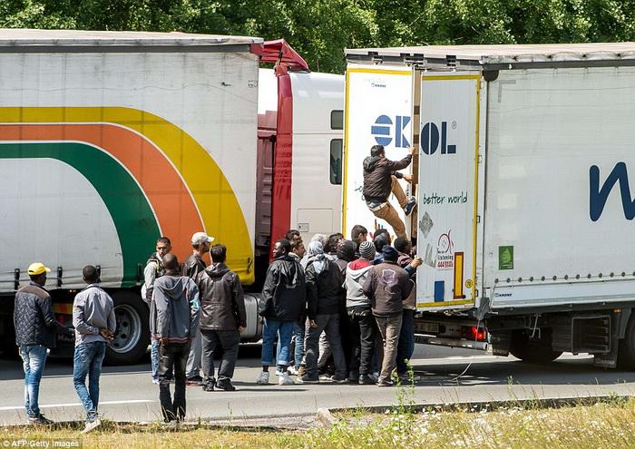 kamioni-migranti-vozaci-calais-francija-09