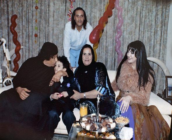 Muammar-Gaddafi-with-Hann-035