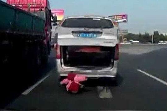 dete-padna-od-vozilo