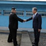 Ким пристигна во Јужна Кореа: Се држеа за раце и заедно скокнаа преку граница