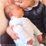 Принцезата Шарлот го бакнува својот мал брат- кралското семејство објави први фотографии од принцот Луис