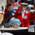 Драма на роденденот на кралицата: Војник падна од коњ среде поворката, итно префрлен во болница