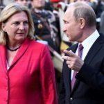 Путин на свадба, полицијата на готовс – и донесе невообичаен подарок на министерката