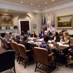 Старлетата Ким Кардашијан на сериозен состанок во Белата куќа (ФОТО)