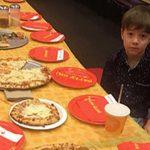 Најтажната фотографија: Детенце седи само, бидејќи никој не се појавил на неговиот роденден
