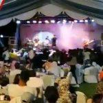 Цунамито ги носи бендот и публиката на концерт (ВИДЕО)
