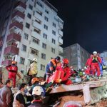 Девојче и момче спасени од под урнатините на зградата во Истанбул