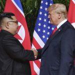 Почна самитот меѓу Трамп и Ким, со ракување и насмевки