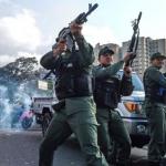 Хаос во Венецуела: Пукотници на автопат, оклопни возила газат демонстранти