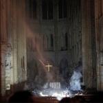 ФОТО: Крстот стои исправен по пожарот во Нотр Дам