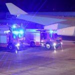 Автомобил удри во авионот на Меркел