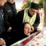 ВИДЕО: Жена врeскала  покрај моштите на Света Петка – морничава глетка во храм